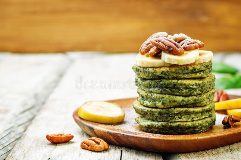 Pancake della banana degli spinaci con i pecan fotografie stock