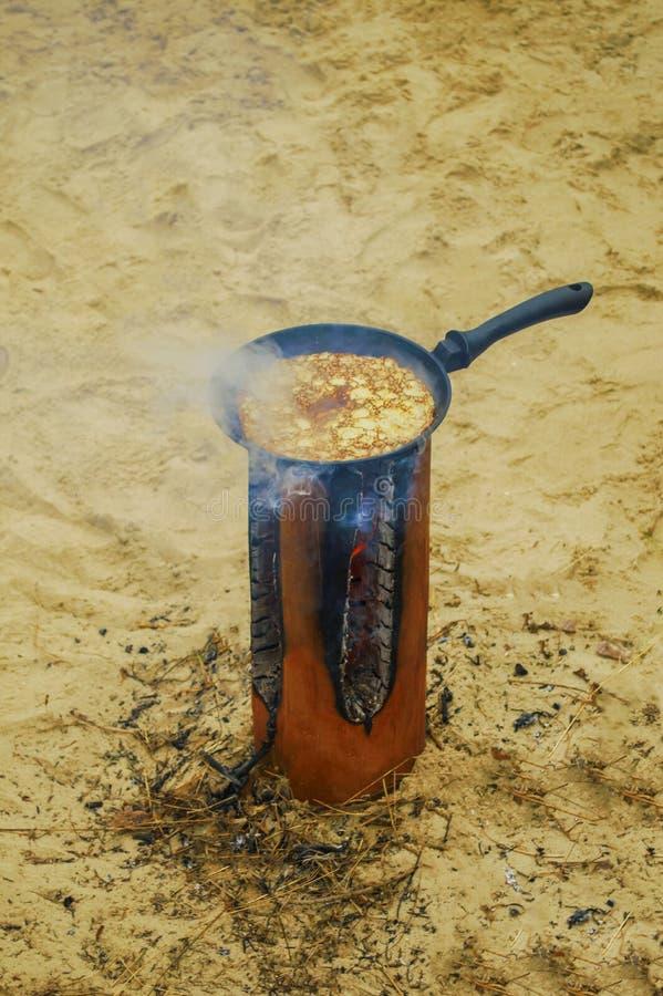 Pancake della frittura all'aperto fotografia stock libera da diritti