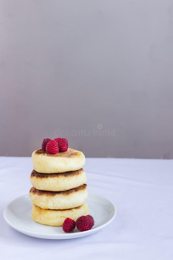 Pancake della ricotta, syrniki ucraino e russo tradizionale casalingo immagine stock libera da diritti