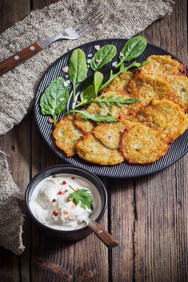 Pancake di patata con crema acida immagini stock libere da diritti