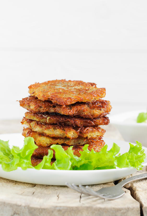 Pancake di patata con le foglie dell'insalata immagine stock