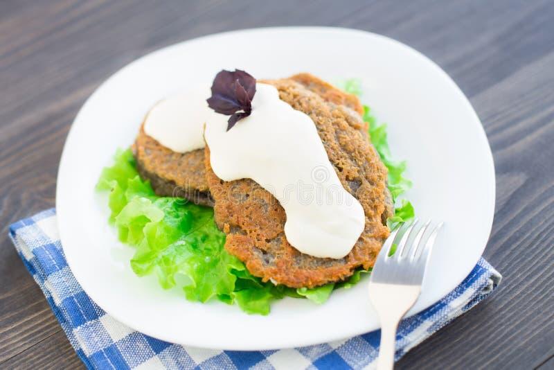 Pancake di patata con panna acida immagini stock