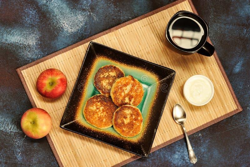 Pancake di recente al forno della ricotta con panna acida immagini stock