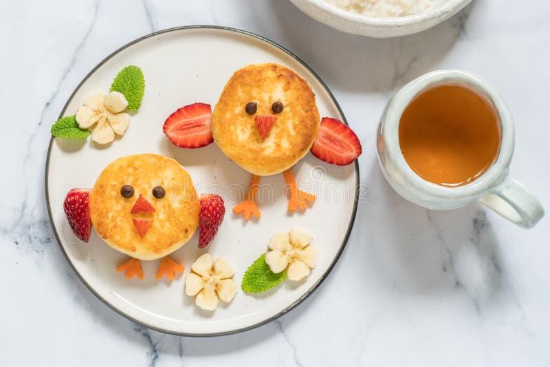 Pancake di ricotta degli uccelli per la prima colazione dei bambini fotografia stock