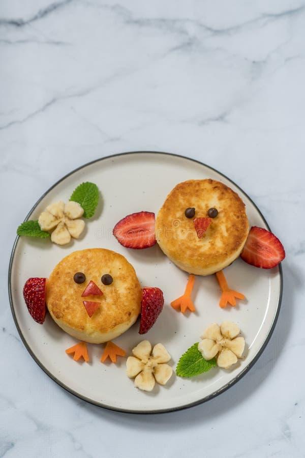 Pancake di ricotta degli uccelli per la prima colazione dei bambini immagini stock libere da diritti