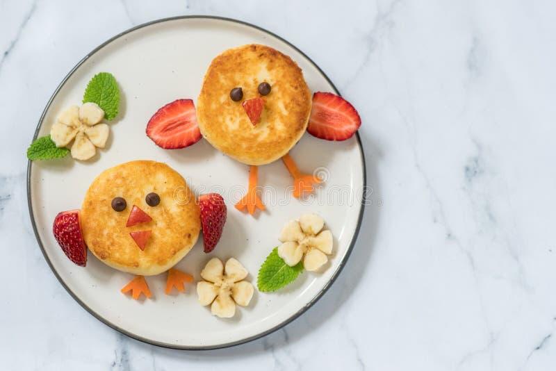 Pancake di ricotta degli uccelli per la prima colazione dei bambini fotografie stock libere da diritti