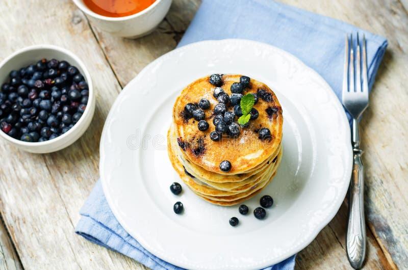 Pancake di ricotta del mirtillo con i mirtilli e la tazza di caff? freschi fotografia stock libera da diritti