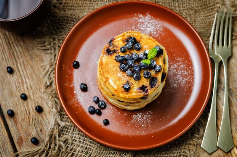 Pancake di ricotta del mirtillo con i mirtilli e la tazza di caff? freschi fotografie stock