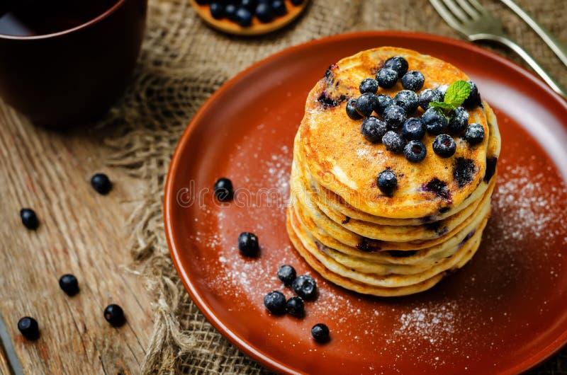 Pancake di ricotta del mirtillo con i mirtilli e la tazza di caff? freschi immagini stock