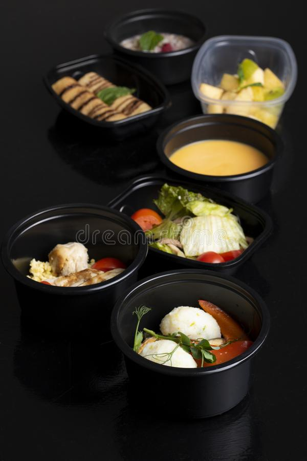 pancake e foglia cotta della menta, minestra di piselli con le verdure cotte a vapore, lattuga e macedonia di frutta esotica fotografia stock
