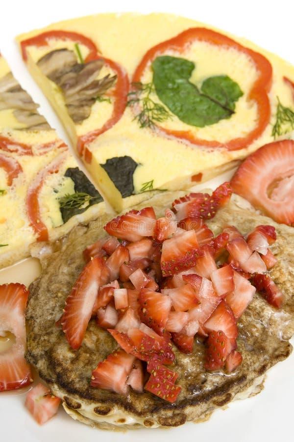 Pancake e morangos imagens de stock