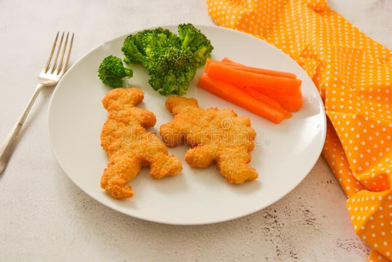 Pancake a forma di della farfalla dei bambini Food Pepite con le verdure Il dinosauro ha modellato le pepite del pollo, del pesce fotografie stock libere da diritti