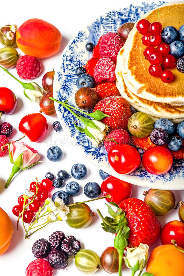 Pancake freschi con i frutti immagine stock libera da diritti