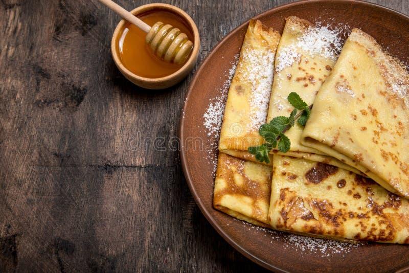 Pancake freschi con sciroppo d'acero e miele fragranti Holi russo fotografia stock