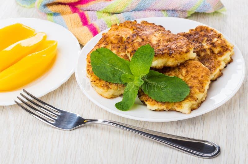 Pancake fritti della ricotta con le foglie della menta, mango, forcella fotografie stock
