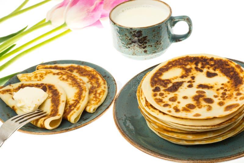 Pancake fritti saporiti con latte in tazza immagine stock libera da diritti