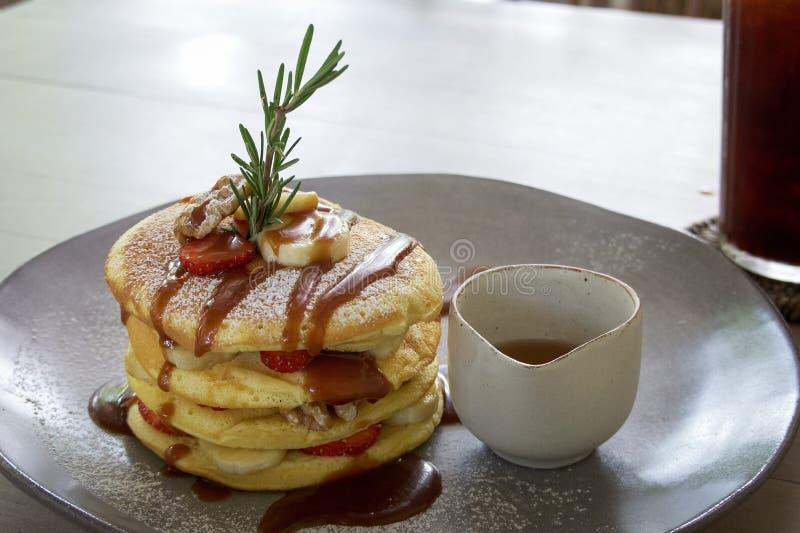 Pancake fruttato con la salsa delle noci fotografie stock libere da diritti