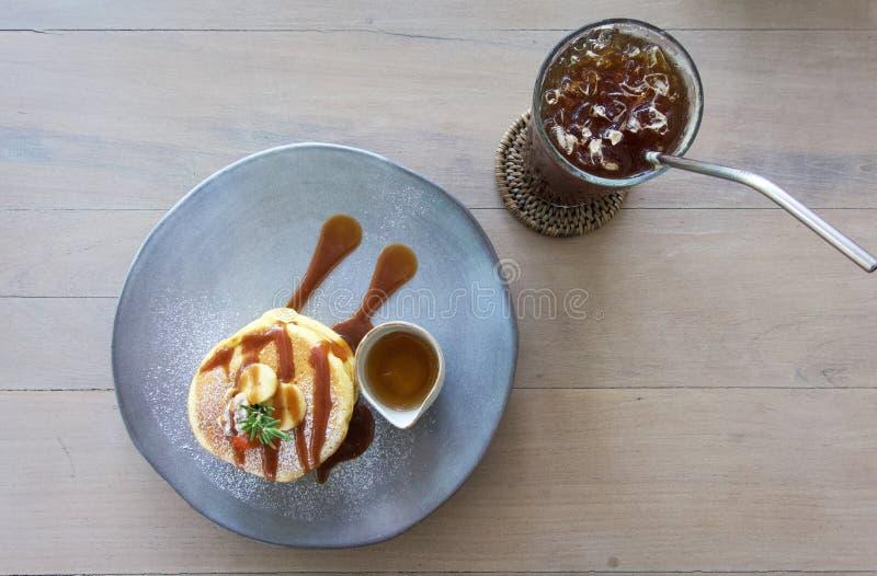Pancake fruttato ed il caffè fotografia stock libera da diritti