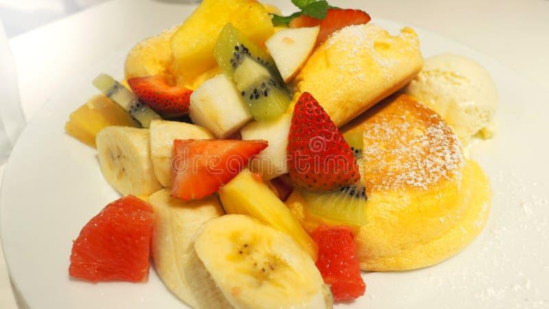 Pancake giapponese e molto genere di frutti immagini stock libere da diritti