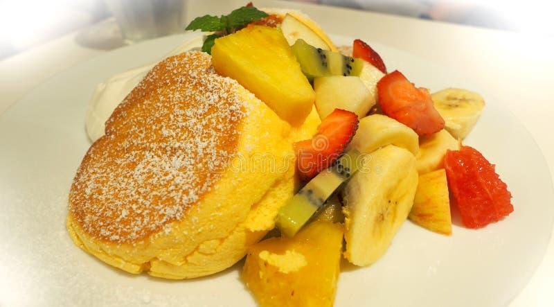 Pancake giapponese e molto genere di frutti fotografie stock