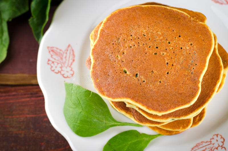 Pancake liberi degli spinaci del glutine vegetariano fotografie stock libere da diritti
