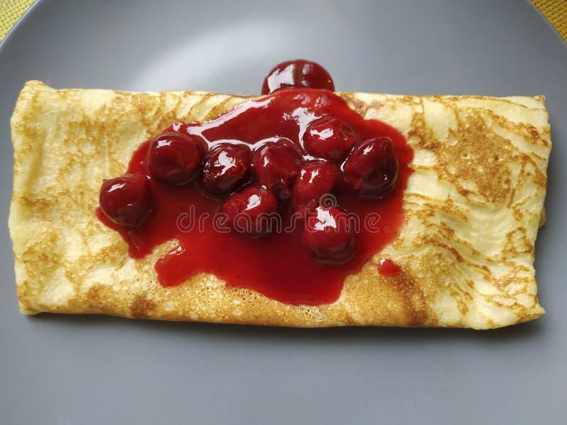 Pancake mit Kirschmarmelade stockfoto