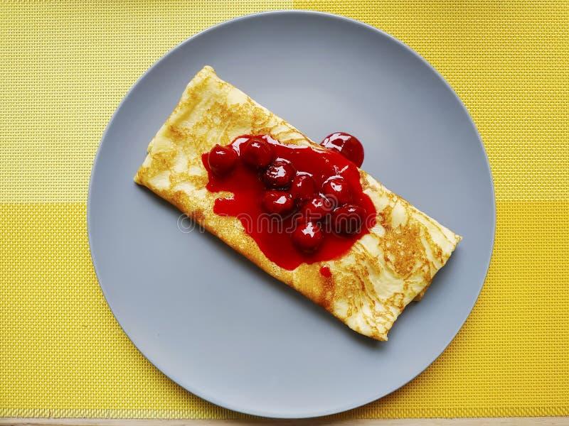 Pancake mit Kirschmarmelade lizenzfreie stockbilder
