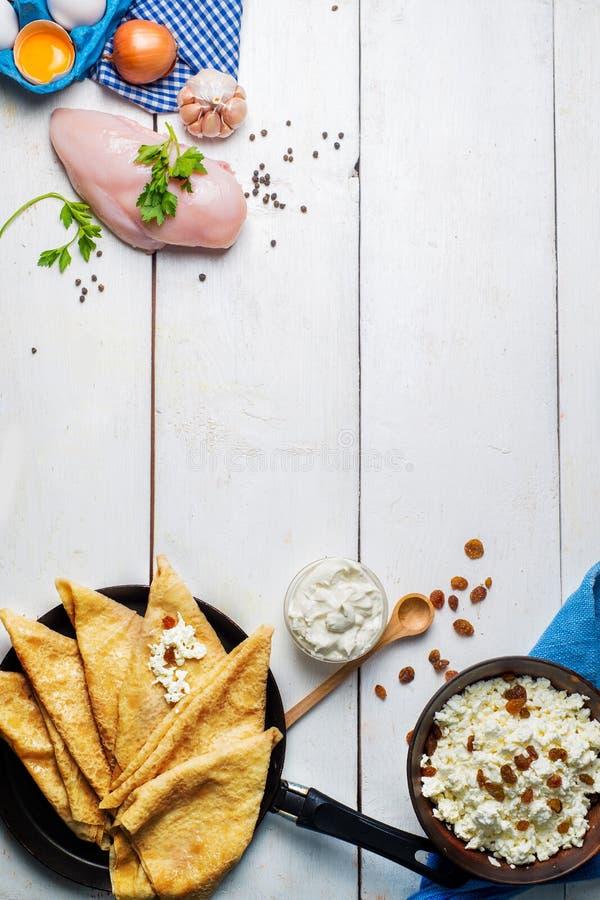 Pancake in pentola ed ingredienti per il materiale da otturazione fotografia stock
