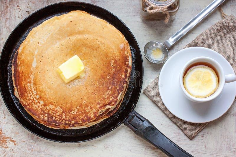 Pancake, petrolio, inceppamento e tè con un limone fotografia stock libera da diritti