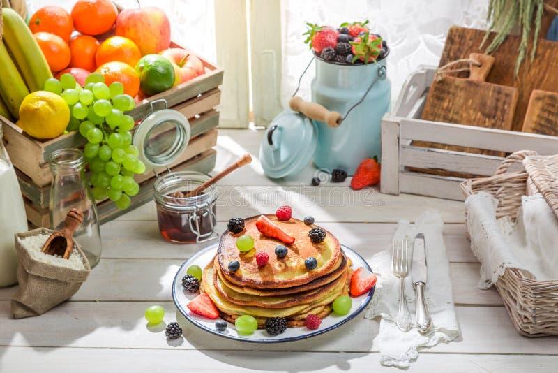 Pancake sani con la frutta fresca fotografia stock