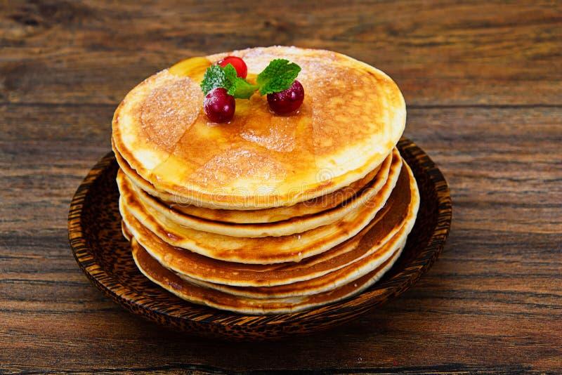 Pancake saporiti con la pila del mirtillo rosso immagini stock