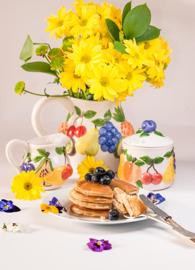 Pancake saporiti con miele ed i mirtilli sulla cima insieme alla f immagini stock