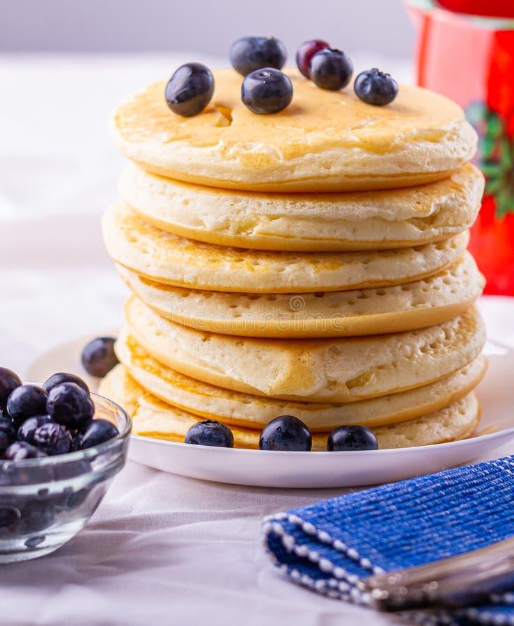 Pancake saporiti della prima colazione con i mirtilli Pasto nutriente fotografia stock libera da diritti