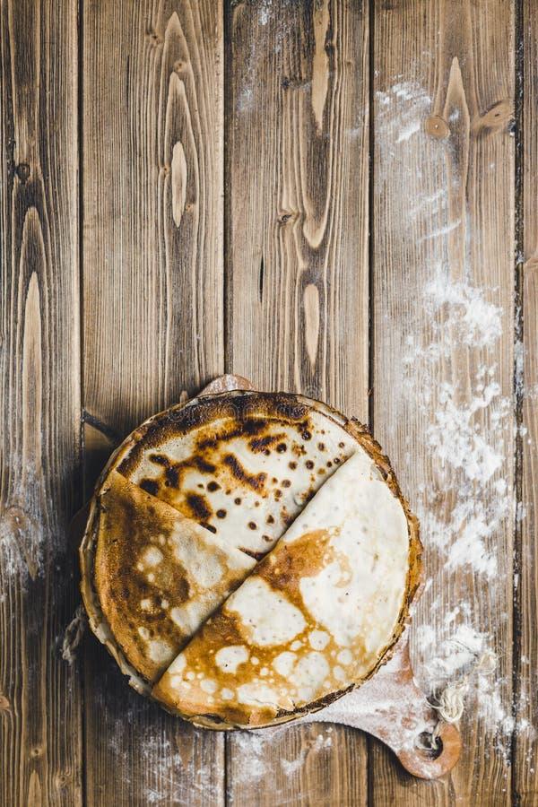 Pancake su un bordo di legno fotografia stock