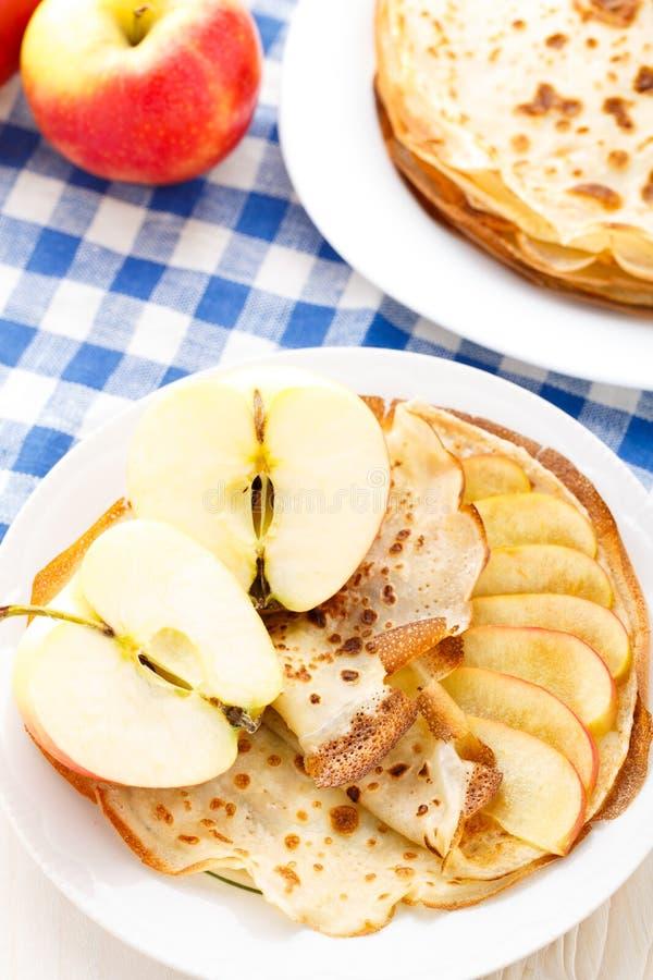 Pancake su un piatto immagini stock