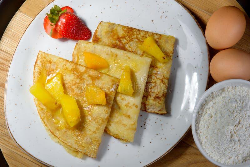 Pancake sul martedì grasso con gli ingredienti immagini stock libere da diritti