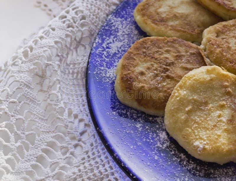 Pancake sulla zolla immagini stock libere da diritti