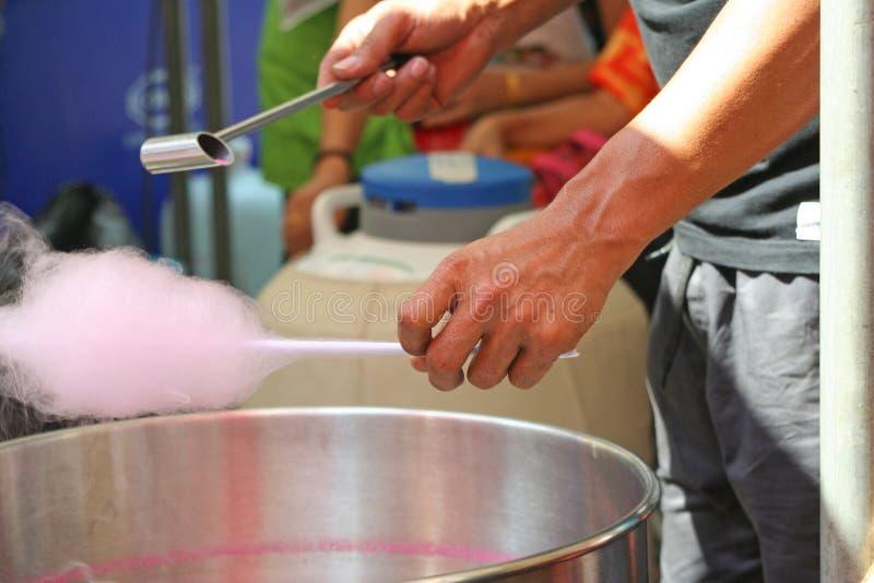 Pancake tailandese fabbricante trattato del burrito dello zucchero filato, zucchero filato, Roti Saimai fotografia stock