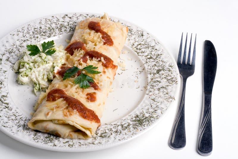 Pancake/tortiglia/burrito sul piatto fotografie stock libere da diritti
