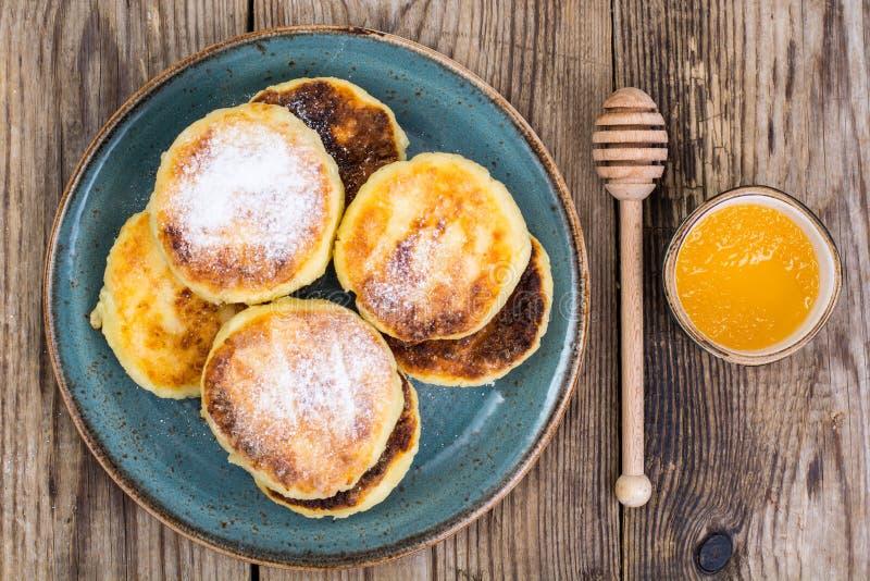 Pancake tradizionali russi della ricotta della prima colazione nel pl immagine stock libera da diritti