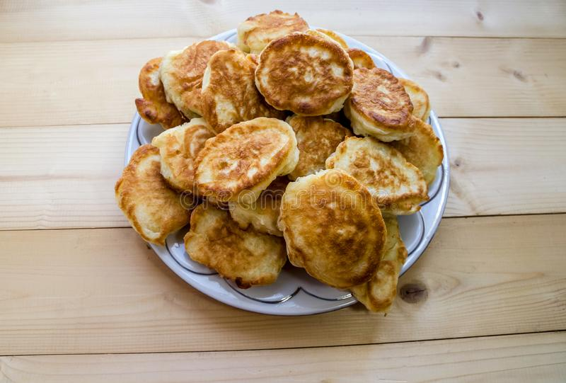 Pancake in un piatto su una tavola di legno fotografie stock