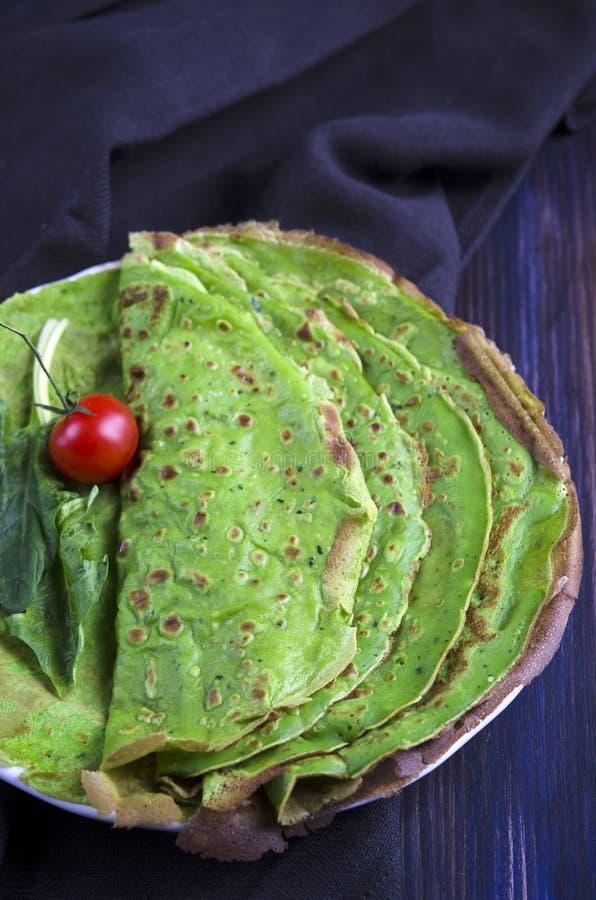 Pancake verdi con spinaci immagini stock
