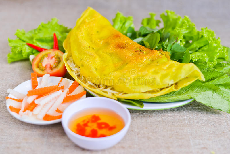 Pancake vietnamita del riso con la salsa di pesce, il pomodoro ed il Ca fermentato immagini stock