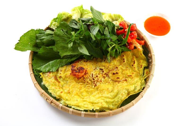Pancake vietnamita del riso o xeo del banh con le erbe e la salsa di peperoncino rosso o fotografie stock libere da diritti