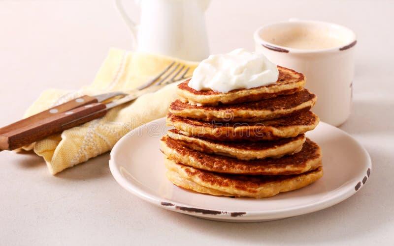 Pancakes heap com iogurte foto de stock royalty free