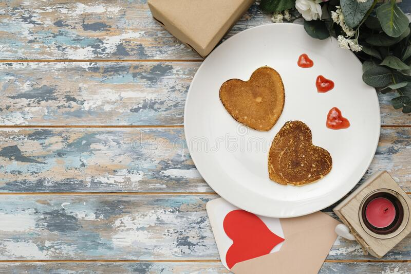 Pancakes Herz geformt weißer Platte, Zusammensetzung für Valentine Tag mit Nahrung Textbereich stockbild