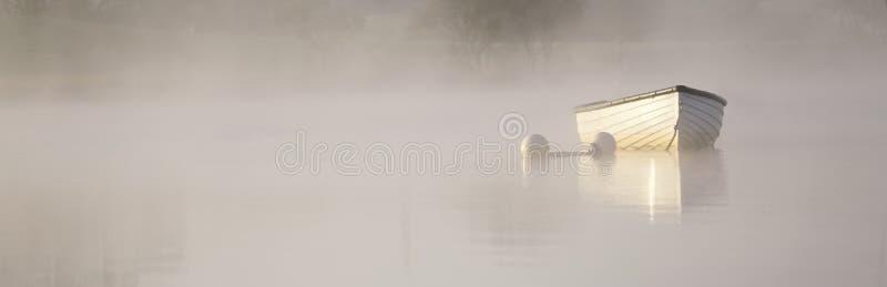 Pancarta en niebla y sol dorado para la tranquilidad tranquilidad calma paz y atención yoga imágenes de archivo libres de regalías