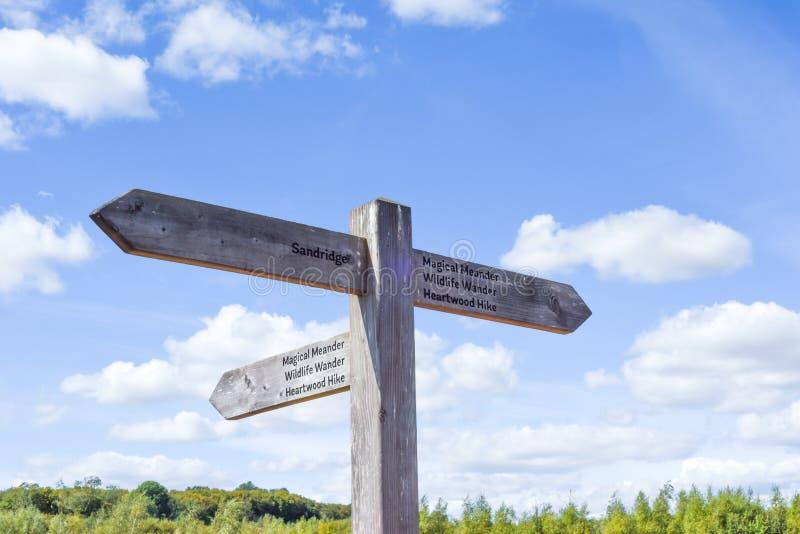 Pancarte dans la forêt de Heartwood à St Albans pour diriger les randonneurs vers la nature et le sentier de randonnée photos stock