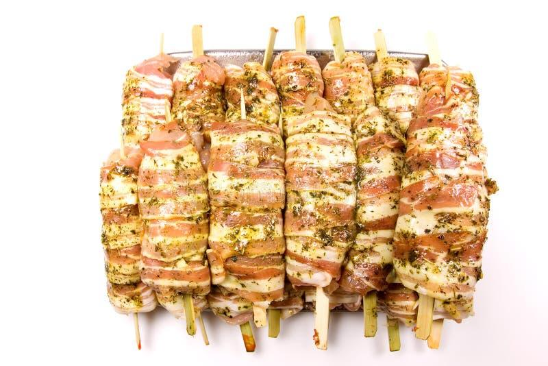 Pancetta affumicata grezza e carne pronte da cucinare fotografia stock libera da diritti