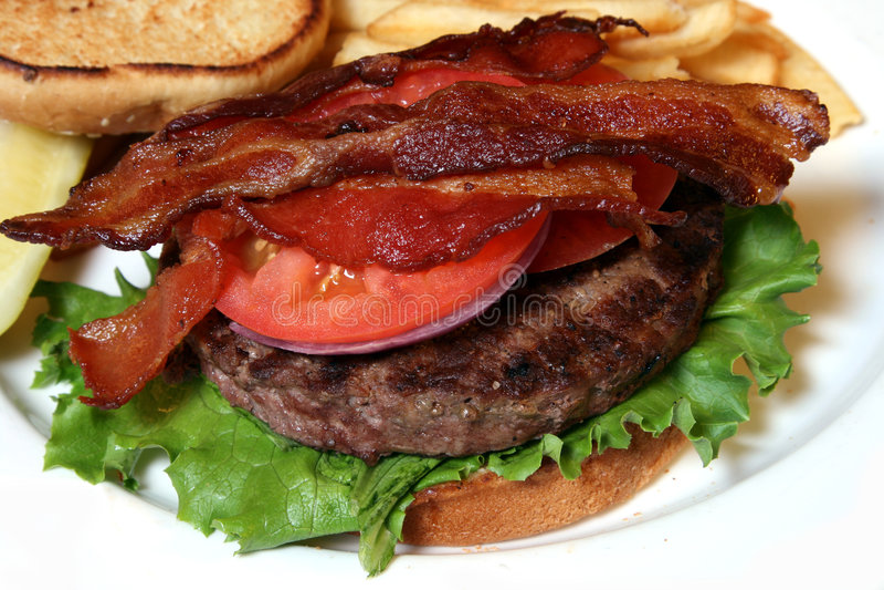 Pancetta affumicata sull'hamburger fotografie stock libere da diritti